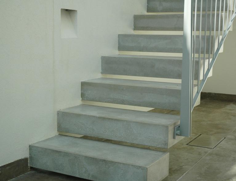 מדרגות בטון מוחלק לפנים הבית