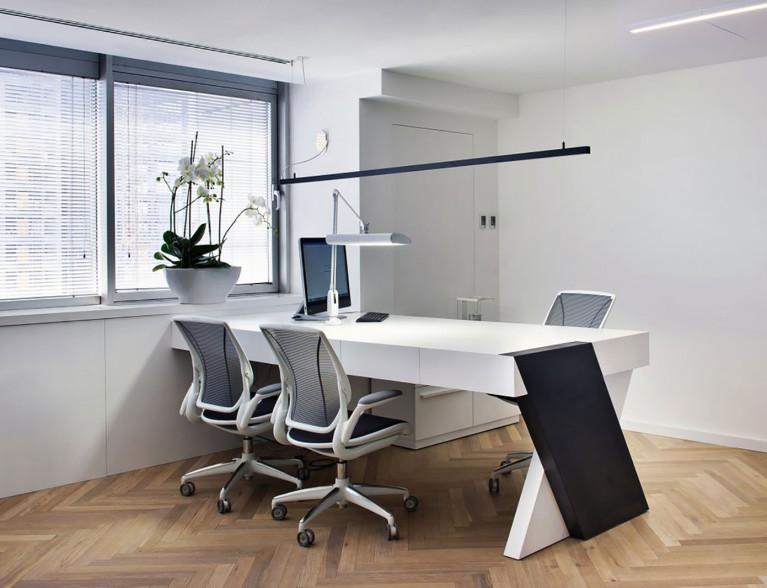 שולחן מעוצב מבטון אדריכלי בצבע לבן