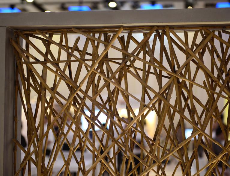 גוף תאורה מעוצב בשילוב בטון ועץ